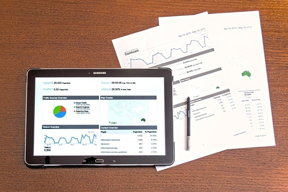 A detailed analysis of website performance on a Samsung screen and hard-copy documents